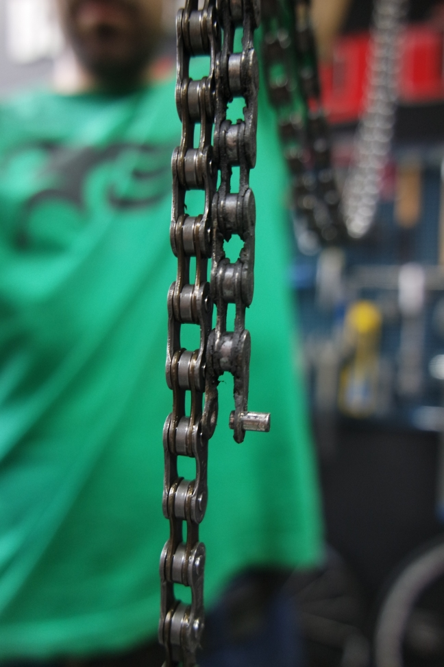 Podem apreciar com la cadena vella (dreta) està donada (diferència d'una baula extra)